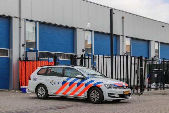 De politie heeft een inval gedaan bij een bedrijfspand aan de Griend op Urk.