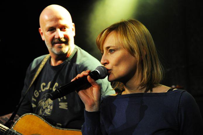 Paskal Jakobsen van BLØF  met Geike Arnaert tijdens een optreden in Trix in Antwerpen, eerder dit jaar.