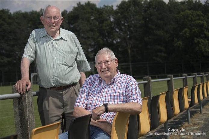 Voorzitter Johan Poorthuis (links) en penningmeester Chris Ezendam van supportersclub KVV Losser.