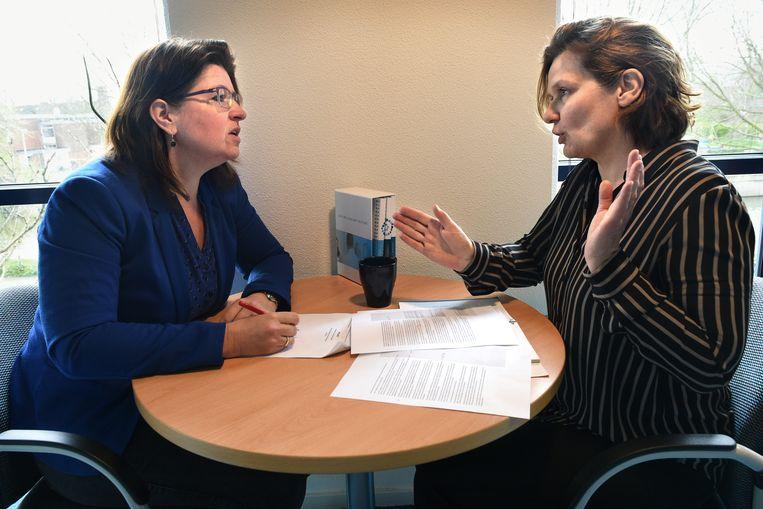 Vivienne de Vogel (links) en Wineke Smid: 'We zijn zeker geen helderzienden.' Beeld null