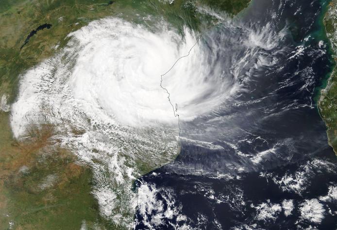 Satellietbeelden van de Amerikaanse ruimtevaartorganisatie NASA laten zien hoe cycloon Idai over Mozambique raast.