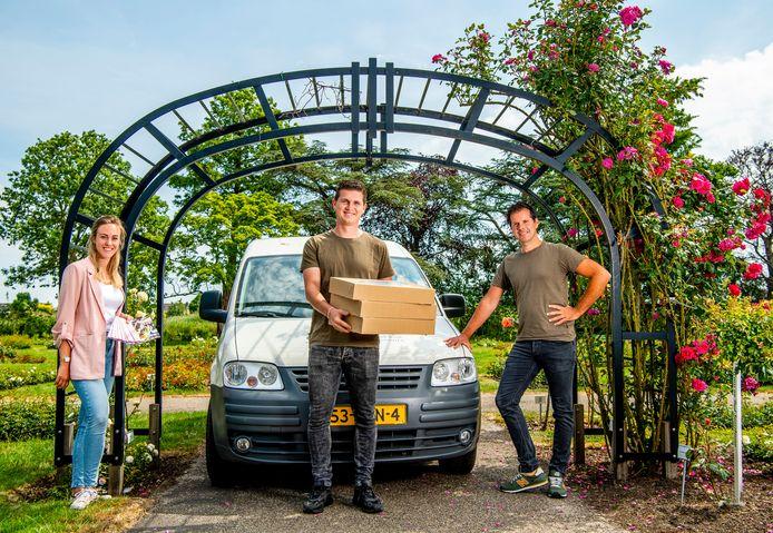 De bezorgproeverijen van Dufais blijven populair, ook nu restaurant Roos weer open is. Laura van Ooi, Pim Schoonwater en Martijn Dufais zijn er druk mee.