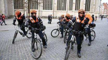 Leuvense politie kruipt de fiets op