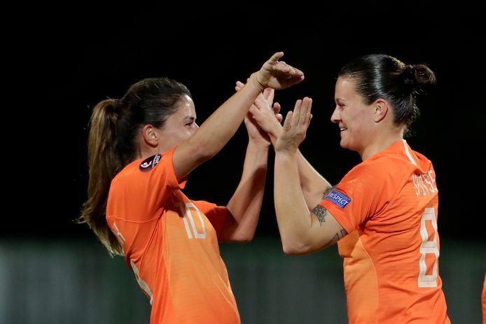 Danielle van de Donk en Sherida Spitse vieren een treffer tegen Slovenië, ruim een maand geleden.