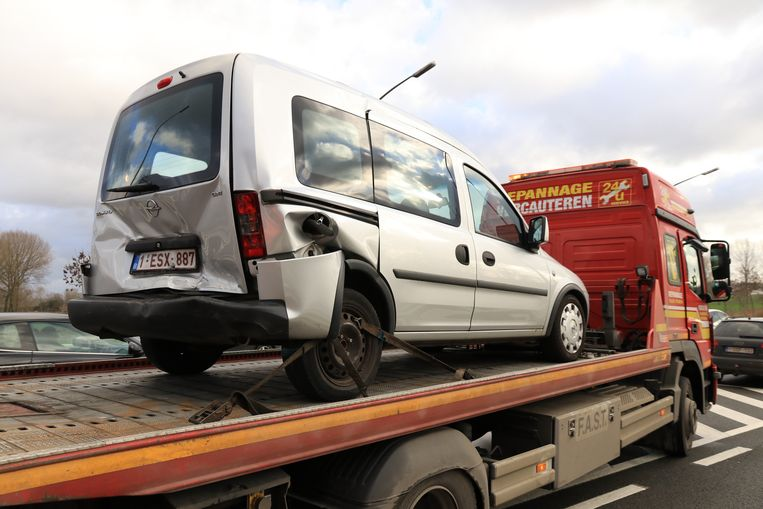 De bestuurster van de Opel raakte gewond, haar wagen werd getakeld.