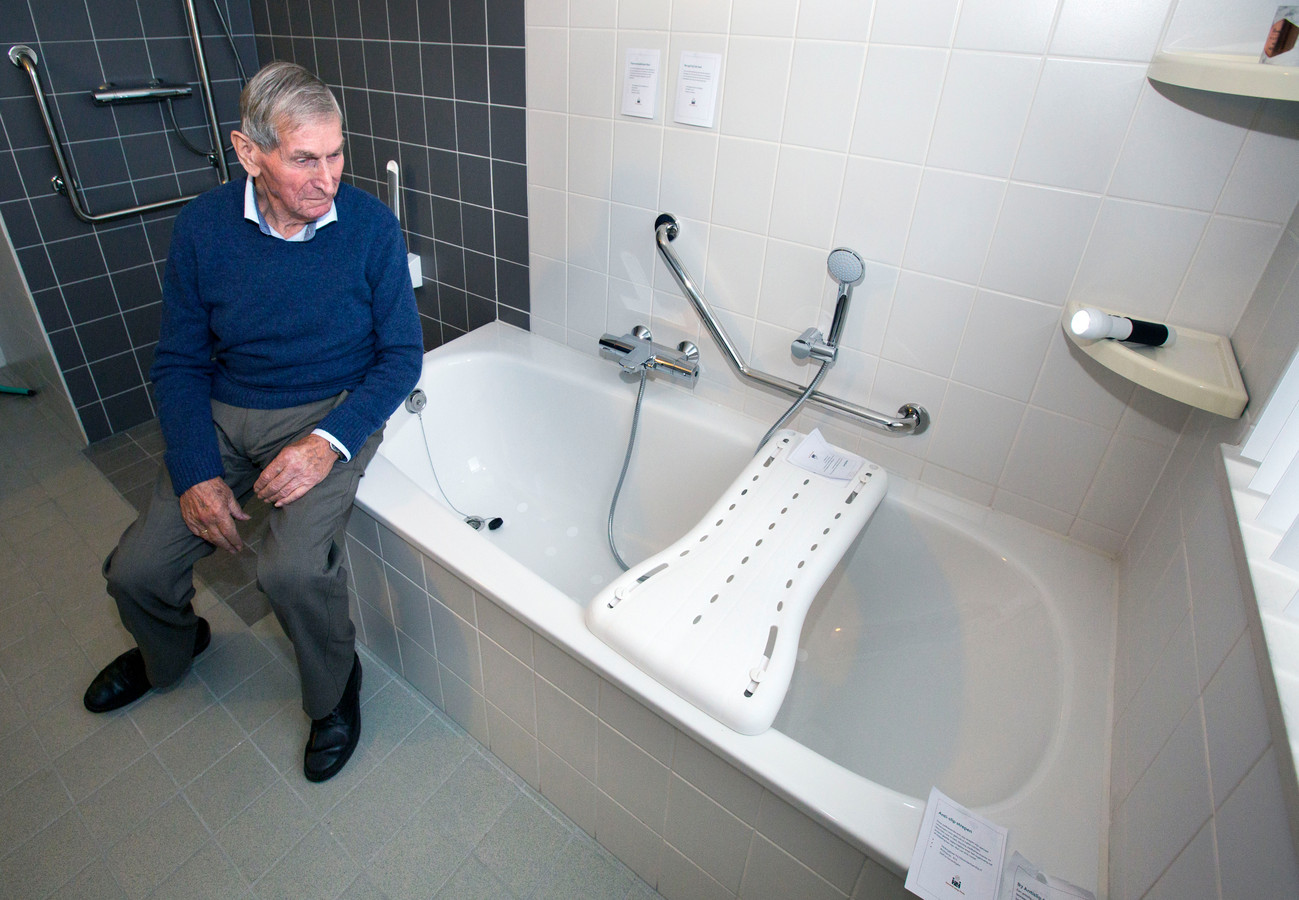 De badkamer is voorzien van een zitplankje voor in bad en noodlampje.