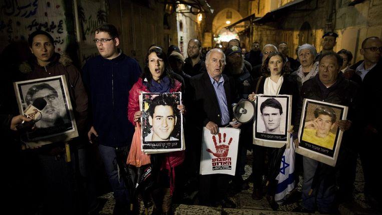 In Israël protesteren familieleden van Israëlische slachtoffers van Palestijnse aanslagen tegen de vrijlating van de Palestijnse gevangenen. Beeld epa
