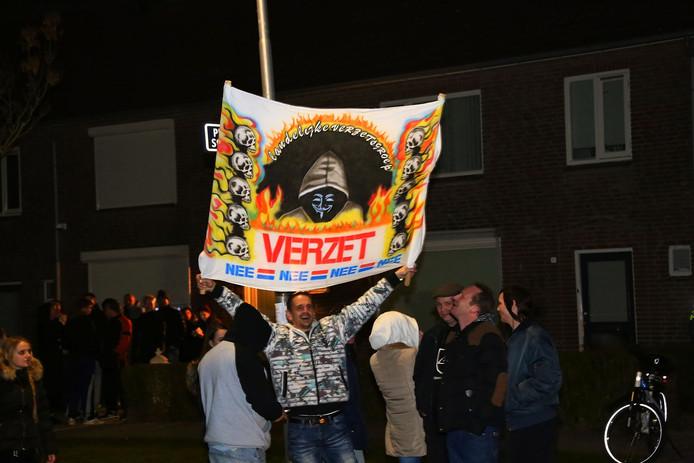 Demonstranten verzamelden zich donderdagavond wederom voor het huis in Oss waar 4 vluchtelingen komen.