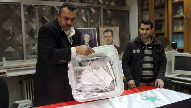 Regeringsmedewerkers tellen de stemmen van het referendum. Beeld afp