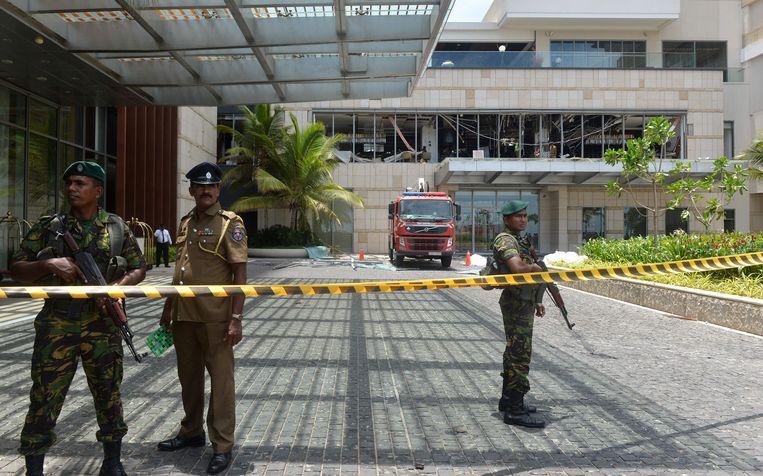 Soldaten bewaken de ingang van het Shangri-La hotel.