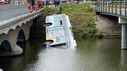 Beelden tonen hoe Lijnbus in water rijdt in Brugge: chauffeur en twee passagiers naar ziekenhuis