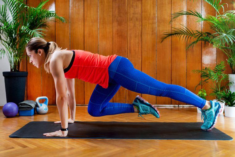 Om fit en in vorm te raken is intensief sporten helemaal niet nodig, heeft deze studie aangetoond. Personal trainer Laura Van den Broeck toont in deze workout van slechts 7 minuten cardio-oefeningen die goed zijn voor je hart, je vetverbranding activeren en je uithoudingsvermogen op de proef stellen. Je kan de oefeningen gemakkelijk thuis doen.