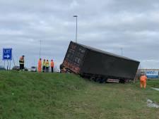 Vrachtwagen raakt van weg op A2 bij Zaltbommel, weg weer vrij