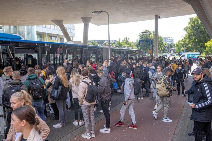 Drukte bij de instapplaats voor de bus bij het Deltion College aan de Mozartlaan in Zwolle.