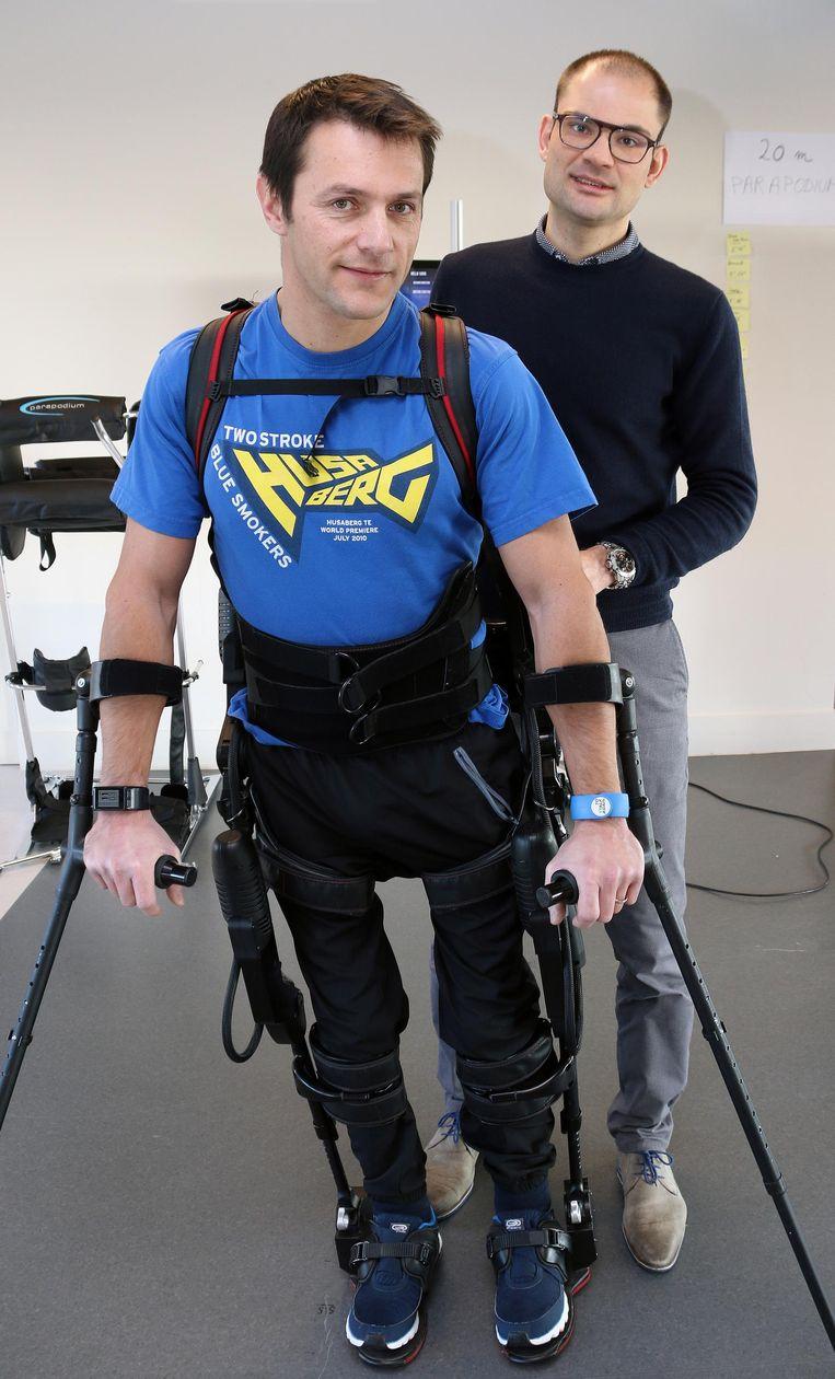Christophe Jardon met de staprobot. Hij raakte drie jaar geleden verlamd na een motorongeval.