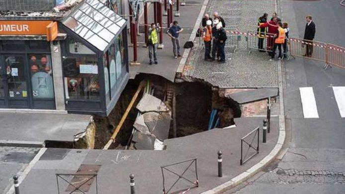 L'énorme trou s'est formé juste devant une brasserie d'Amiens.