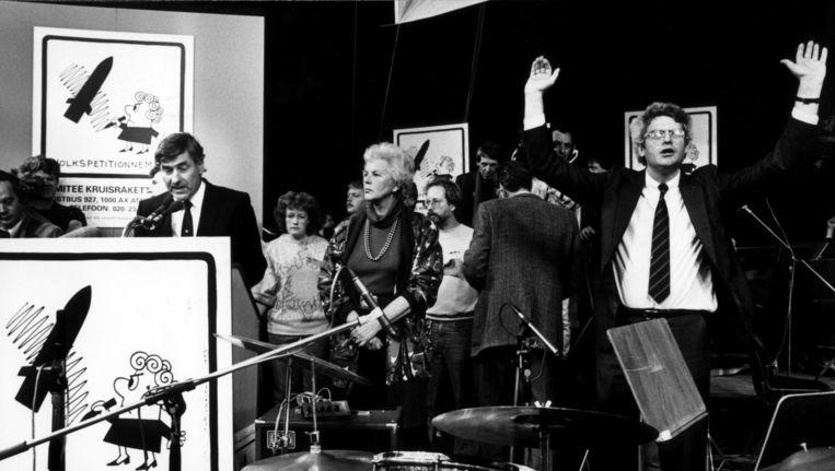 Terwijl Ruud Lubbers in oktober 1985 zijn toespraak probeert te houden, maant Maarten van Traa (destijds bestuurslid van KKN) het publiek tot stilte. Beeld Hollandse Hoogte
