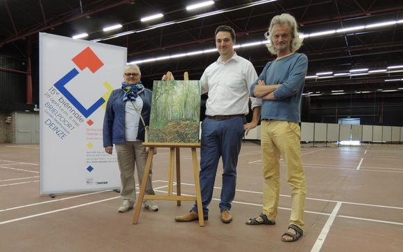 Rita Rogiers van de cultuurraad Deinze, schepen Rutger De Reu en curator Geert Colpaert.