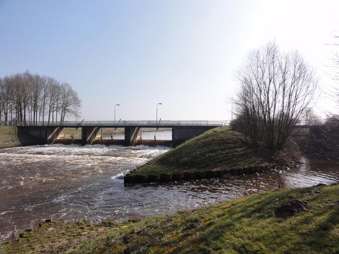 De Vechtbrug over de stuw bij Junne kan geen zwaar verkeer meer aan.