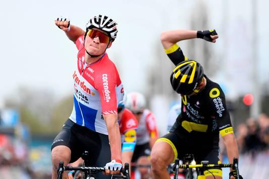 Van der Poel juicht in Dwars door Vlaanderen, Anthony Turgis (tweede) baalt.