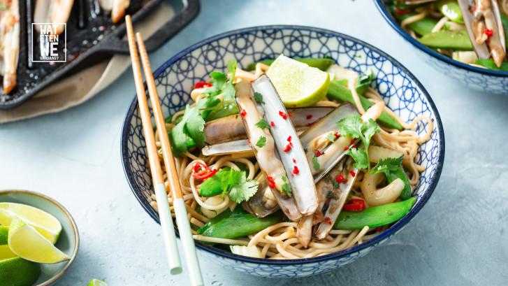 Wat Eten We Vandaag: Aziatische scheermessen met gewokte sugarsnaps, paksoi en noedels
