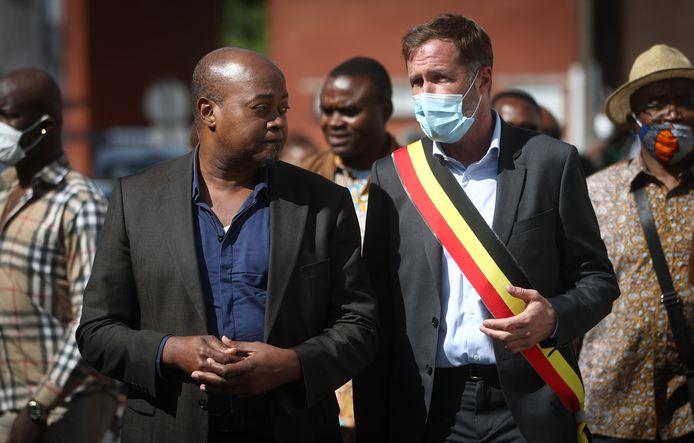 Le bourgmestre de Charleroi, Paul Magnette, en compagnie de Guy-Patrice Lumumba lors de l'inauguration de la première rue Patrice Lumumba en Belgique.