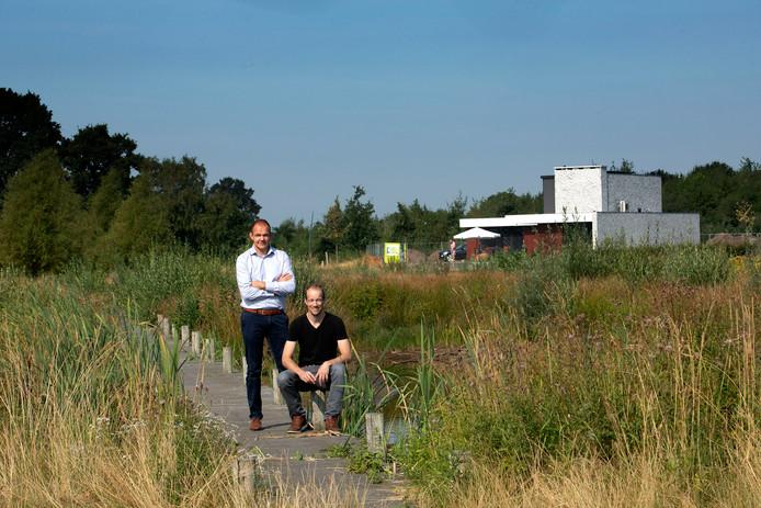 De Nieuwe Wildernis is een natuurgebied dat tussen de bebouwde kom van Hapert ligt en het Kempisch Bedrijven Park. Guus Stappaerts (links) en Freek Derks. Op de achtergrond het eerste huis dat klaar is.
