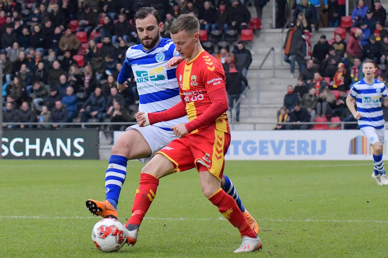 Giannis Mystakidis namens De Graafschap in duel met Boyd Lucassen van Go Ahead Eagles