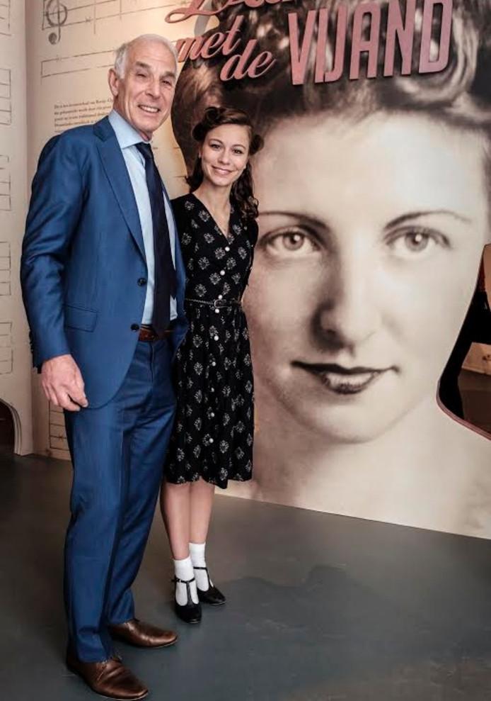 Paul Glaser en Valéry van Gorp voor het eerste paneel van de tentoonstelling.