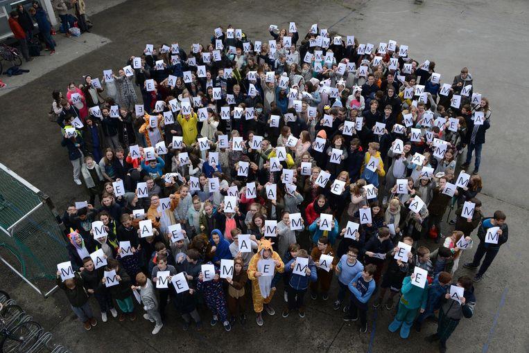 Dat de leerlingen van de Broederschool Emma steunen, is duidelijk. Op deze groepsfoto spellen ze haar naam. Op pyjamadag.bednet.be staat een foto waarop je kan stemmen. De klas met de leukste foto krijgt een beloning.