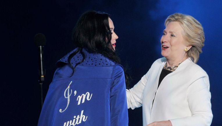 Katy Perry en Hillary Clinton op het podium.