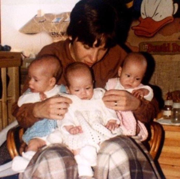 Hélène Hendriks met haar moeder en twee zusjes.