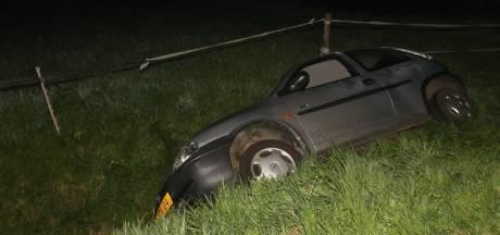Auto met vier inzittenden crasht in sloot Kerkwijk: bijrijder naar ziekenhuis