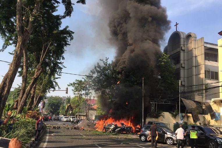 Een van de aanslagen was zondag op de Gereja Pantekosta Pusat Surabaya, een protestantse kerk in Surabaya, de tweede stad van Indonesië. Beeld AFP