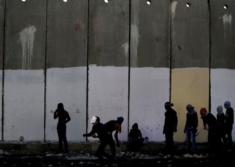 Palestijnse betogers langs de scheidingsmuur tussen Israël en de Palestijnse Gebieden in 2015.