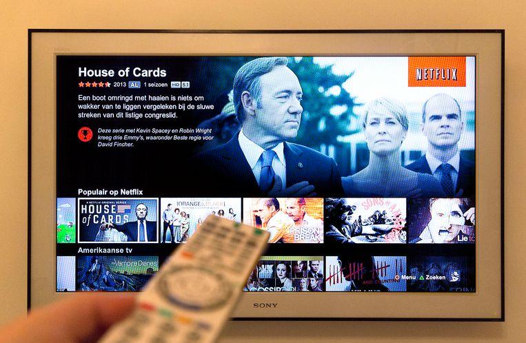 Een tv-scherm toont het menu van Netflix. Via de online videodienst kunnen films en series bekeken worden. Beeld ANP