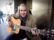 Den Haag doneert gul voor straatmuzikant Chuck