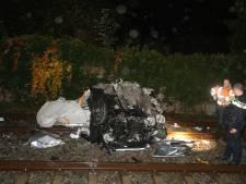 Auto stopt midden op spoorwegovergang in Boxtel en wordt geramd door trein, bestuurder ongedeerd