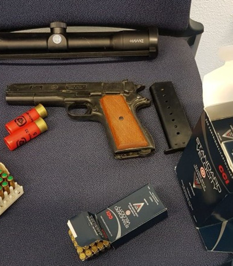 Aanhoudingen na vondst wapens en munitie in Kruiningen