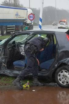 Vrachtwagen ramt personenauto in Tilburg; automobilist gewond