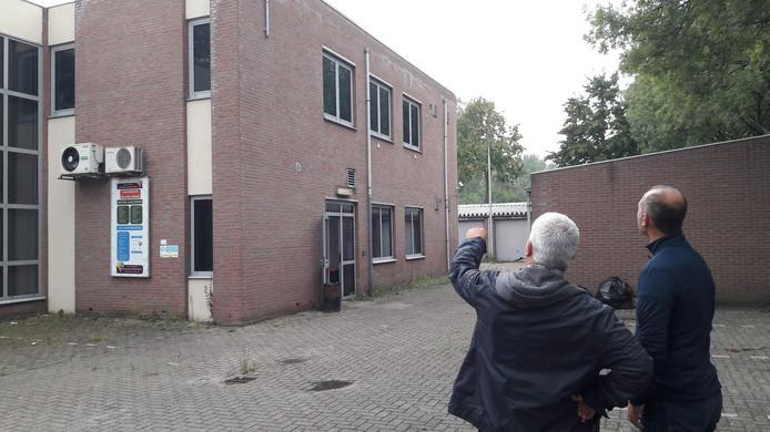 Hakan Tek (l) en Hasan Barut van de Turkse stichting in Breda bij het voormalige politiepand aan de Vlaanderenstraat, ernaast komt een moskee.