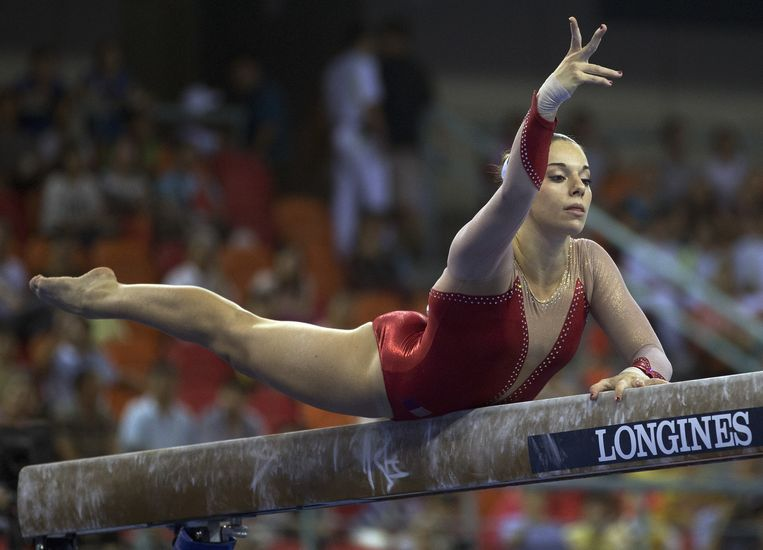 De Franse Youna Dufournet presenteert haar vaardigheden op de evenwichtsbalk tijdens de voorrondes van het WK turnen in Nanning, Japan. Beeld null