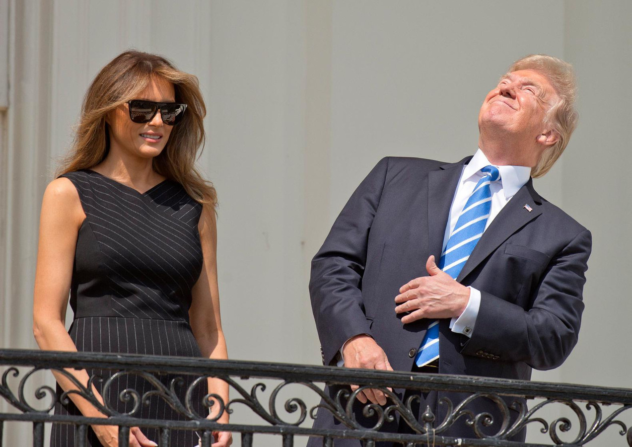 """Donald Trump avait brièvement observé la """"Grande éclipse"""" solaire totale d'août 2017 sans ses lunettes de protection avant que quelqu'un ne lui crie de les remettre."""