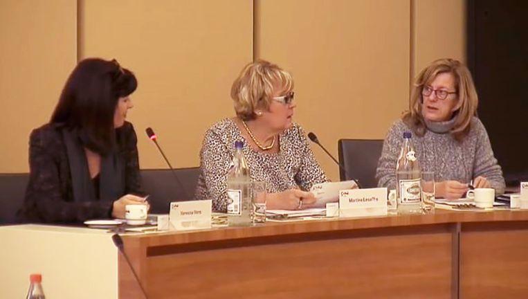 Vanessa Vens (sp.a), Martine Lesaffre (Open Vld) en Nancy Bourgoignie (sp.a) beseften niet dat hun micro nog werkte.