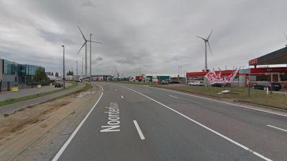 Scheepvaartpolitie kijkt toe op corona en sluit truckersparking op Noorderlaan