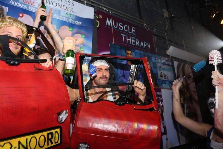 Halloweenbezoekers verkleed als bestuurders van rode Canta's Beeld Leo Piccardo