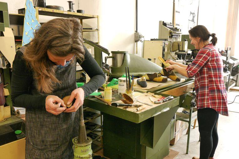 Leerling-schoenmakers Lucie Tretjnarova (l) en Jana Urbanova. Beeld Ekke Overbeek