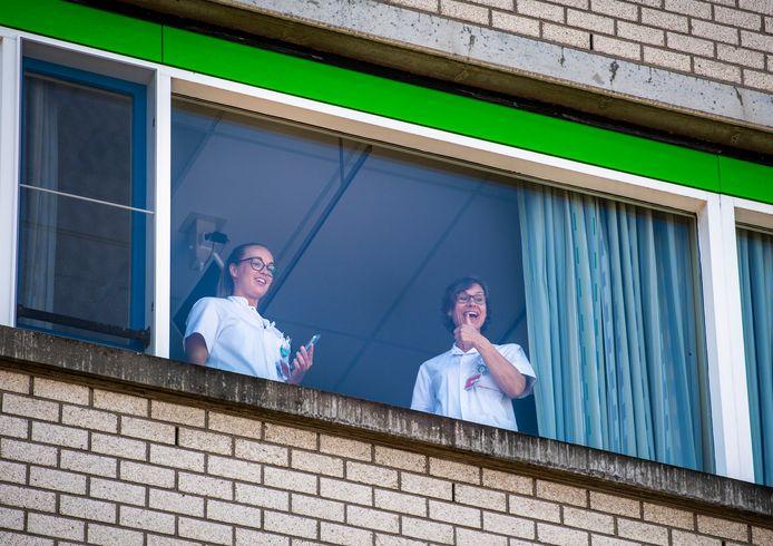 Een duim omhoog van het ziekenhuispersoneel voor de actie.