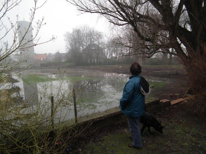Doorkijkje van de Havenstraat naar de Brugstraat in Stampersgat. Het water blijft er al snel staan.