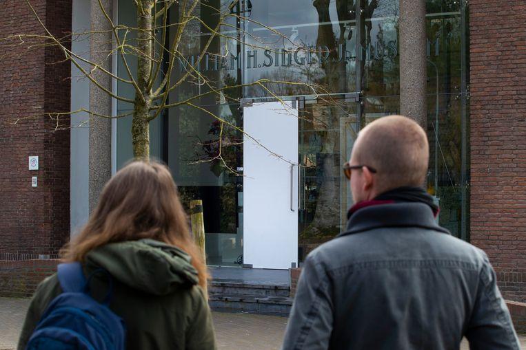 Dieven forceerden de glazen voordeur van het gebouw om hun slag te slaan.